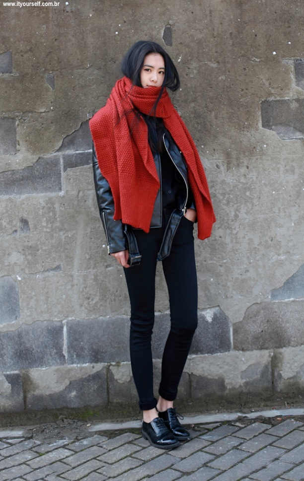 it-yoursel-fashion-winter-trend-red-STREET-STYLE-STATEMENT-SCARF-HONEYCOMB-OVERSIZED-LARGE-RED-SCARF-LEATHER-MOTO-JACKET-SKINNY-BLACK-PANTS-BUTTON-DOWN-SHIRT-PATENT-LEATHER-OXFORDS-VIA-HE-KILLED-MY-EGO-BALMAINTOKTZZ-TUMBLR